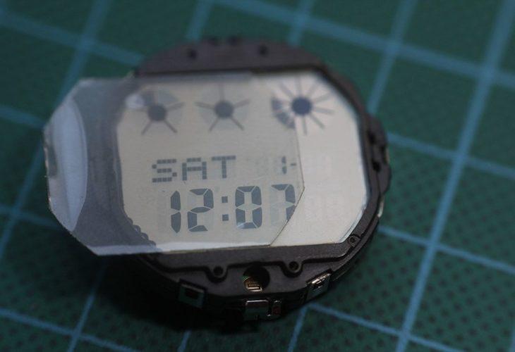 Colocación polarizador pantalla reloj
