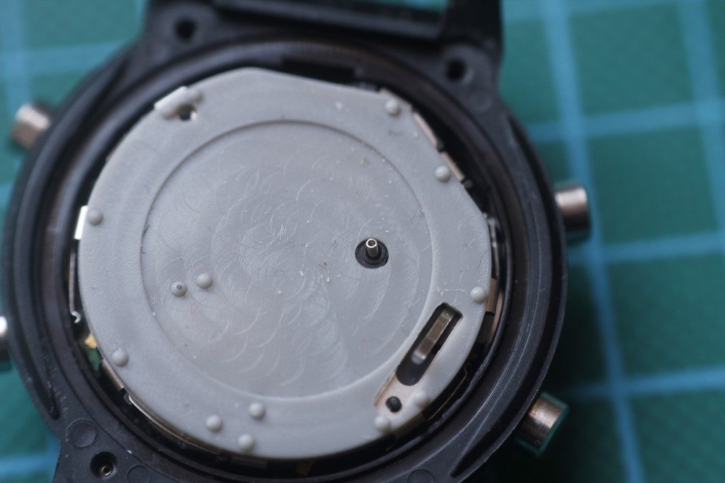 Casio AW-590 - Montaje de la goma trasera